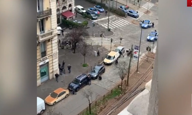 Milano, rapina in banca con ostaggi