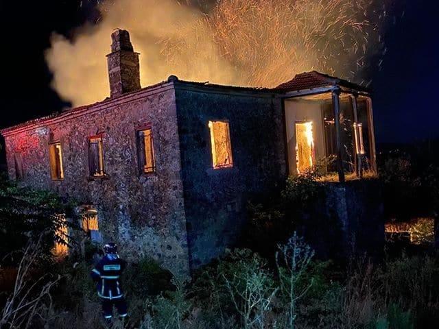 Κάηκε το αρχοντικό Κατσώτα στην Σταμνά: Μαζί του κάηκε και μεγάλο μέρος της ιστορίας