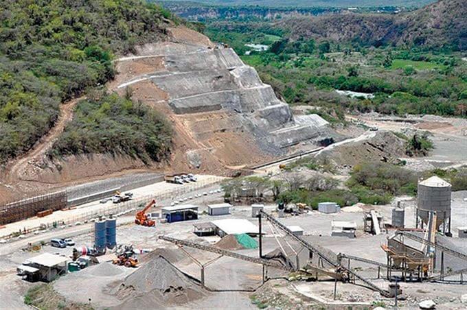 Choferes de Minibús que transportan empleados para la presa de Monte Grande Paralizan sus labores