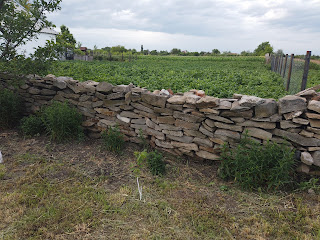 Каменка, Добропольский р-н. Ограда из камня