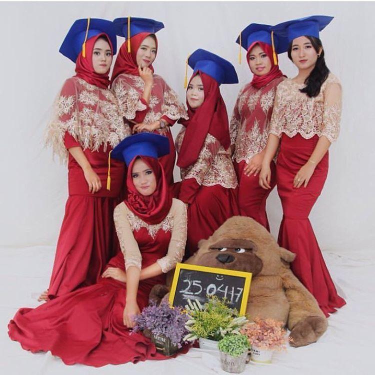13 Model Kebaya Wisuda Mahasiswi Berjilbab Modern Simple Dan Elegan