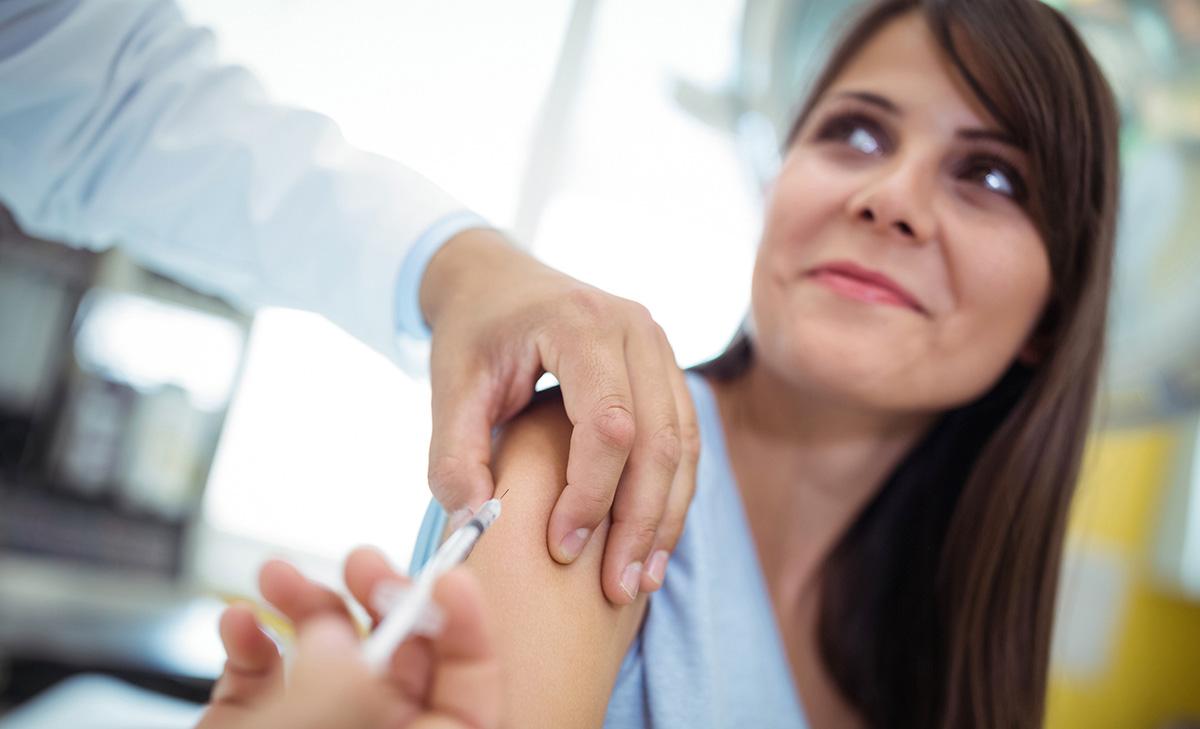 Una donna fa il vaccino antinfluenzale