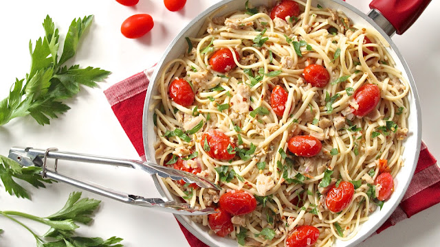 Chopped Clams and Linguine in Wine Sauce