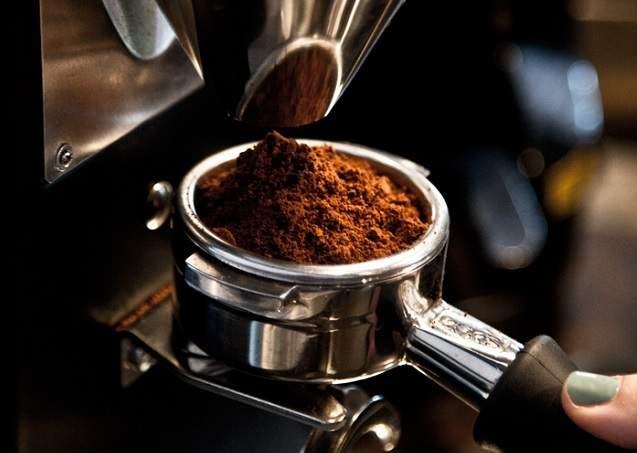 Nhuộm cà phê bằng lõi pin: Vô cùng nguy hại - Ảnh 1