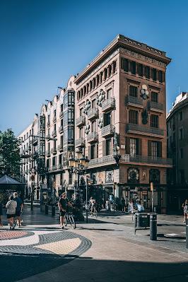 La Rambla de Barcelona con sus edificios y paseos