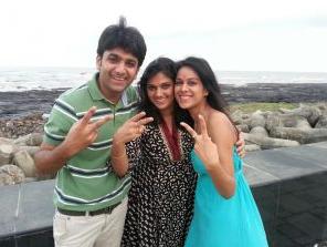 Foto Nia Sharma dengan ibunya, Usha dan kakaknya Vinay
