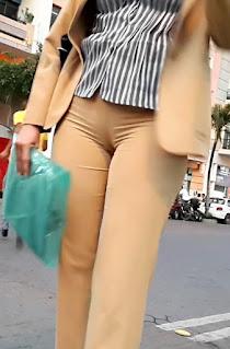 Mujeres pantalones apretados marcando cameltoe