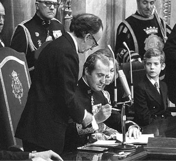 Rey firmando Constitución