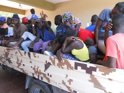 Resultado de imagen para fotos del cesfront cargado haitianos para devolverlo a su pais