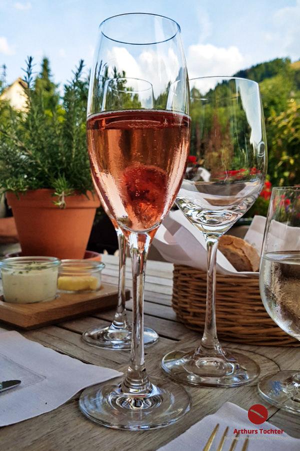 Waßmer-Rosé-Sekt auf der Terrasse, Gruß aus der Küche, Spielwegbrot mit Quark, Fassbutter und Radieschen