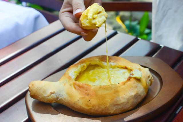 Bột sau khi ủ nở, sẽ được tạo thành hình chiếc thuyền, đặt nhân vào đó, phủ phô mai lên và đem nướng. Khi bánh đã gần chín, người đầu bếp sẽ lấy bánh ra đập lên đó một quả trứng, đưa trở lại lò nướng một vài phút để quả trứng chín tái, vẫn còn lòng đỏ.