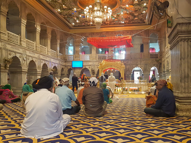 sis ganj sahib gurdwara in old delhi india with sikhs people praying