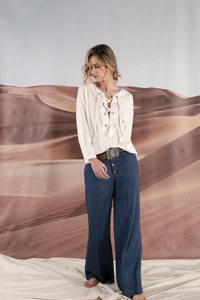 Blusa con lazo cruzado en escote moda 2020 mujer. Palazzo denim botones a la vista moda verano 2020.