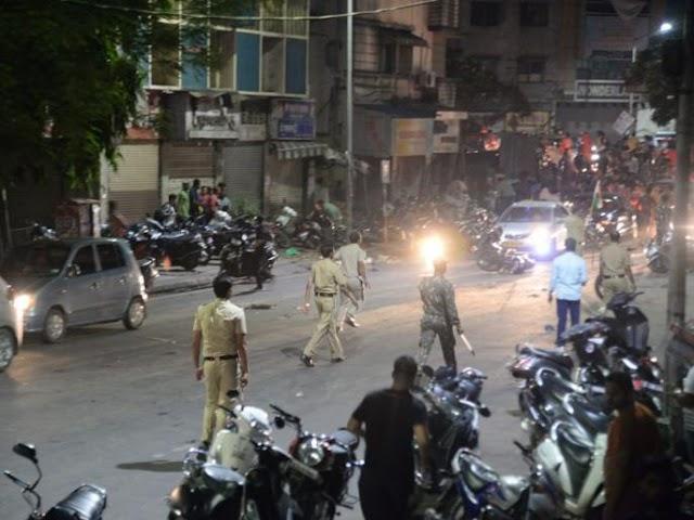 पुणे में लाठीचार्ज |भारत की जीत के बाद जश्न मन रहे फैन को हुड़दंग मचाने पर पुलिस का लाठीचार्ज