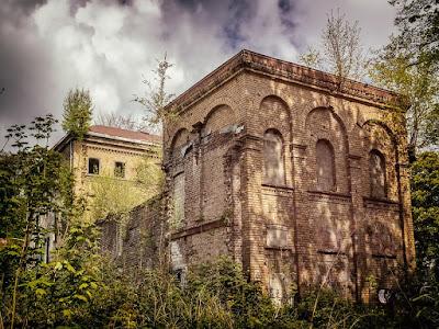 https://pixabay.com/en/lost-places-villa-home-gut-2252610/