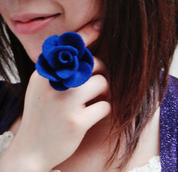 How to Make a Felt Rose Ring {Tutorial} via angelichigio.blogspot.ca