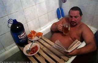 Ausruhen Entspannen - lustige Menschen mit Bier in Badewanne