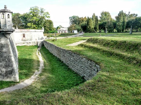 Підгорецький замок. Земляний рів і укріплення
