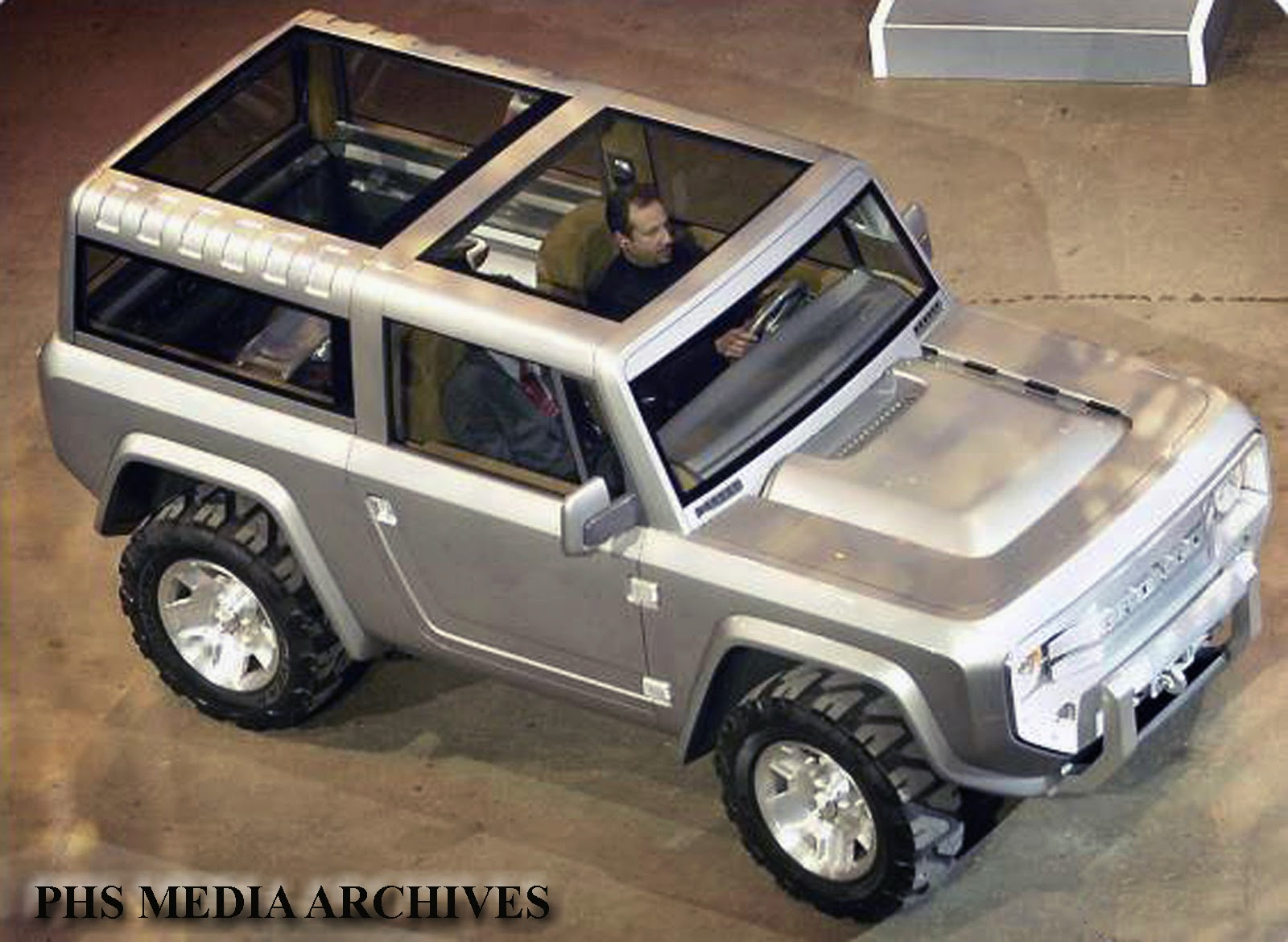 The rear part of roof was removable on the 2004 bronco concept to make a baja truck using