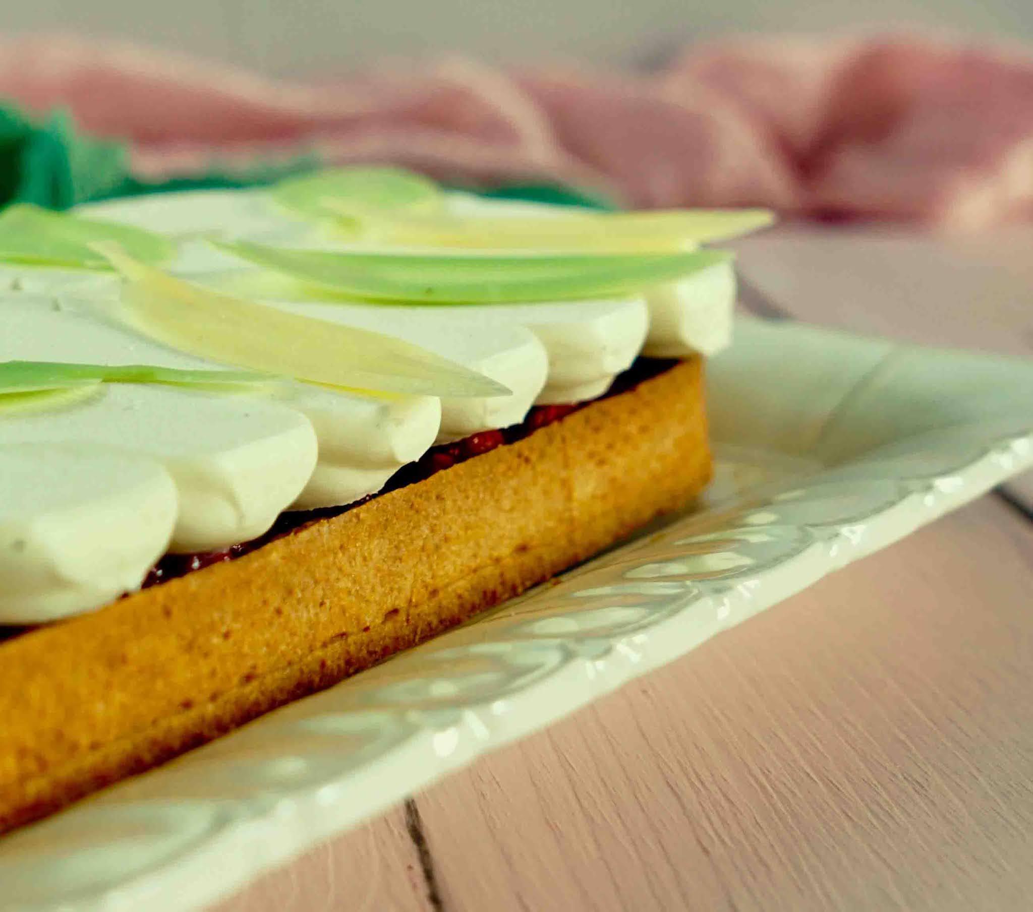 dessert à la rhubarbe , tarte elegante, crème légère
