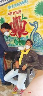 कोविड जांच के बाद डॉ आशीष सिंह ने किया गांववासियों का मार्गदर्शन | #NayaSaberaNetwork