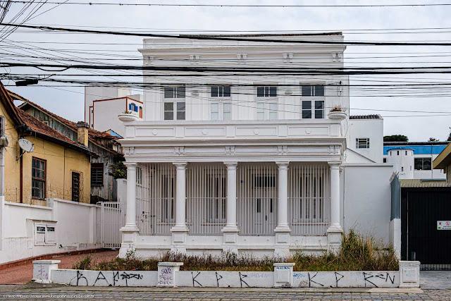 Casa com fortes traços do neoclássico na Rua Mateus Leme