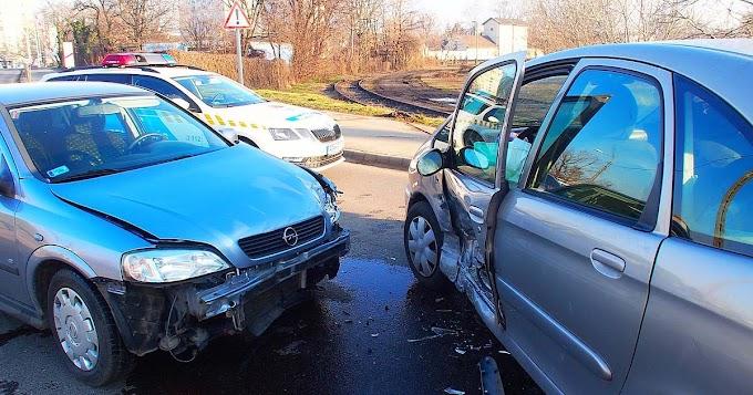 Két autó ütközött a vasúti átjárónál Hódmezővásárhelyen