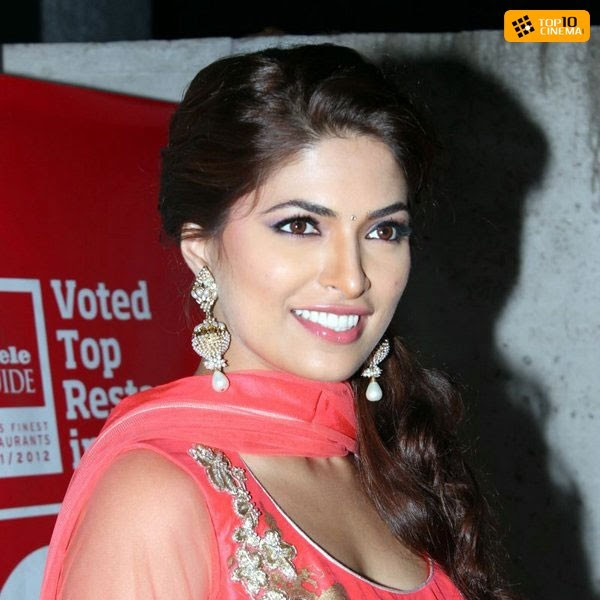 Parvathy Omanakuttan hot cleavage show in churidar