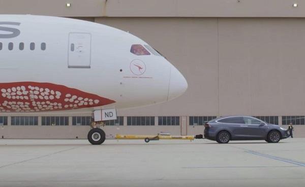 Tesla Model X P100D remolca avión Boeing 787-9