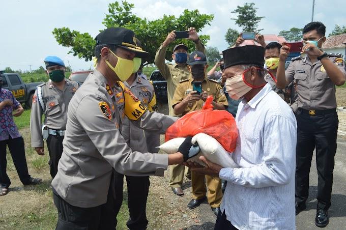 Polres Tulang Bawang Bersama PC Bhayangkari Berbagi Dengan Warga Terdampak Banjir