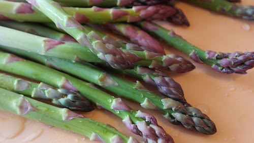 Asparagus : Health benefits, nutritional facts and how to buy, clean, store, prepare and work with asparagus.