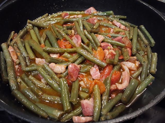 Judías verdes redondas rehogadas con tocino ibérico, panceta curada y pimientos rojos asados