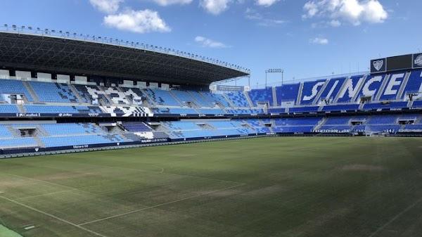 El Málaga procede al cambio del césped en La Rosaleda