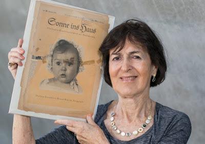 Hessy Levinsons Taft con su fotografía de niña