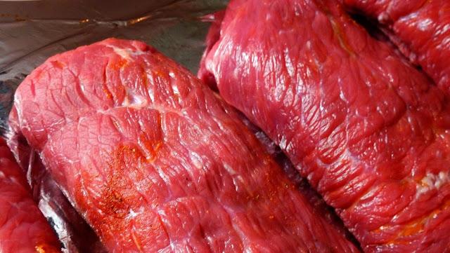 Una mujer obliga a su hija vegana a cocinar carne como castigo por tirar la comida de su familia