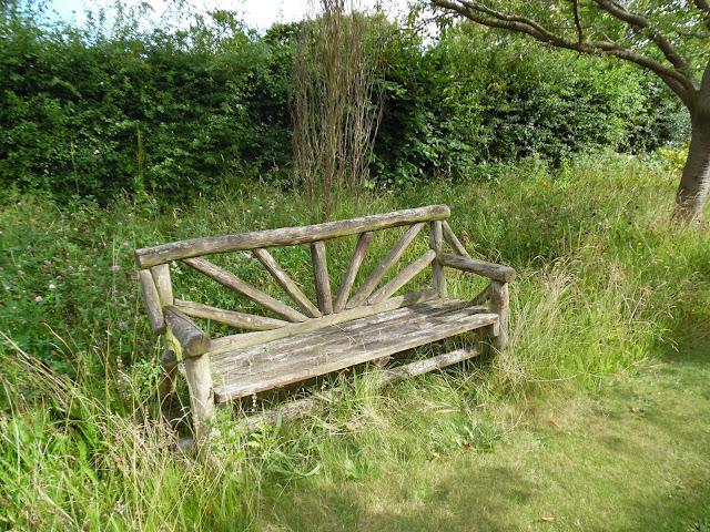 drewniana ławka rustykalna w sadzie