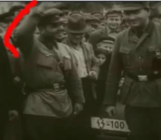 Oficial sovietico hace saludo nazi