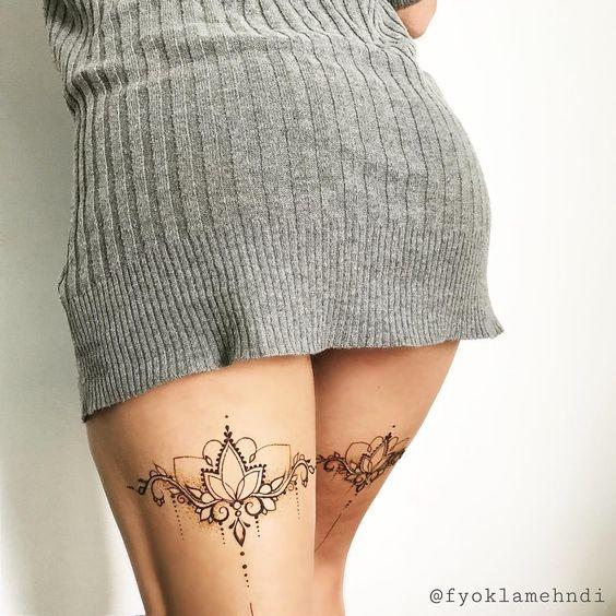 Sensual mujer de espada, lleva tatuajes detras del muslo