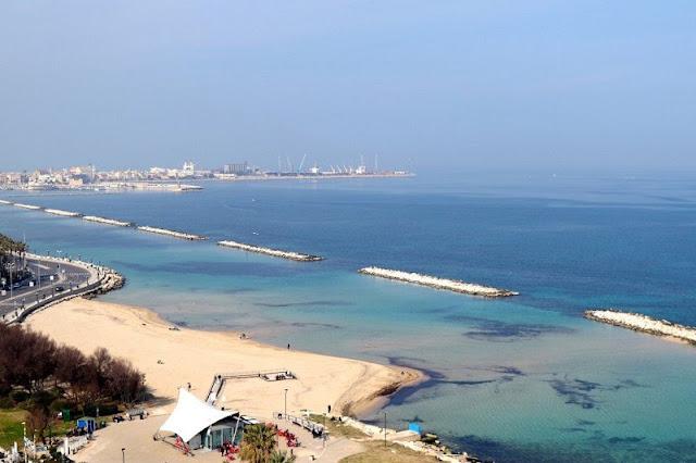 Vista da praia Pane e Pomodoro em Bari na Itália