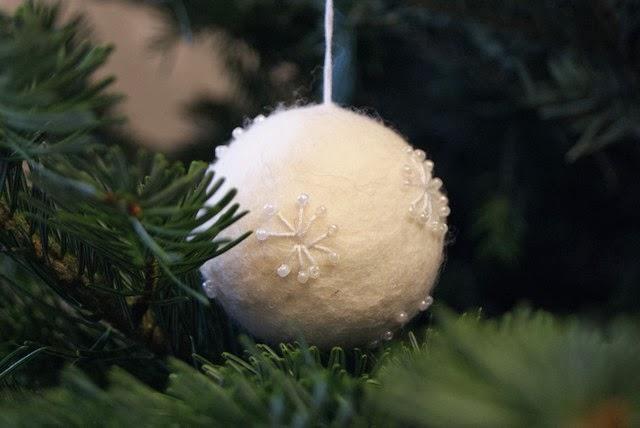 filz und garten gartenblog wei e weihnachtskugeln aus filz. Black Bedroom Furniture Sets. Home Design Ideas