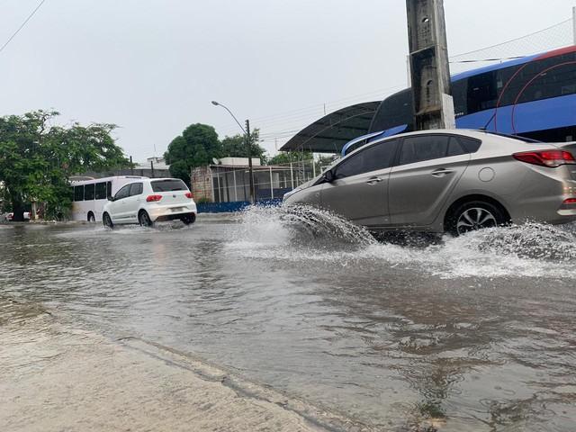 Chuva causa alagamentos e deixa trânsito lento em Natal; confira pontos