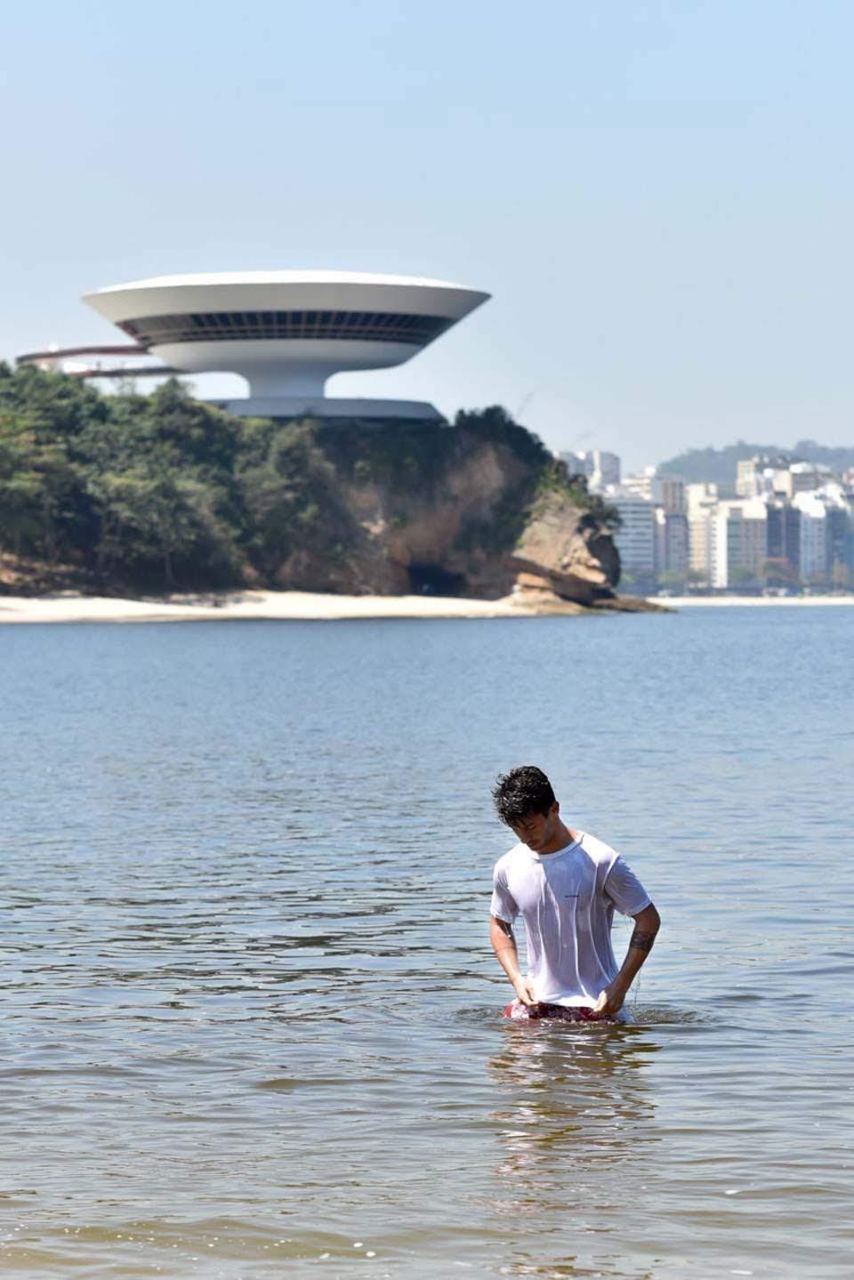 Brunno Natal posa para ensaio em praia de Niterói. Foto: Guto Ribas