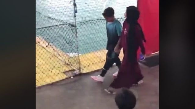 Viral! Pamer Kemesraan di Lapangan Futsal, Dua ABG Ini Disoraki Penonton