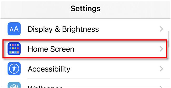 """في إعدادات iPhone ، انقر على """"الشاشة الرئيسية""""."""