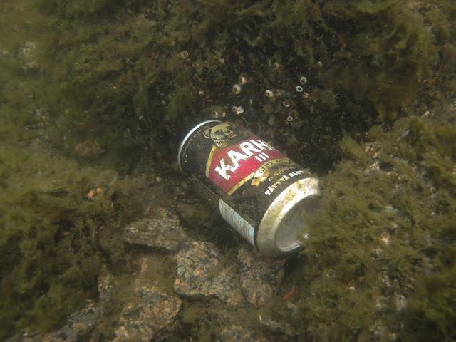 Karhu -merkkinen alumiiininen kaljatölkki meren pohjalla.