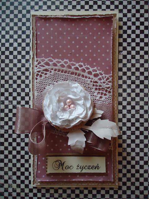 kartka ręcznie robiona z papierowym kwiatem