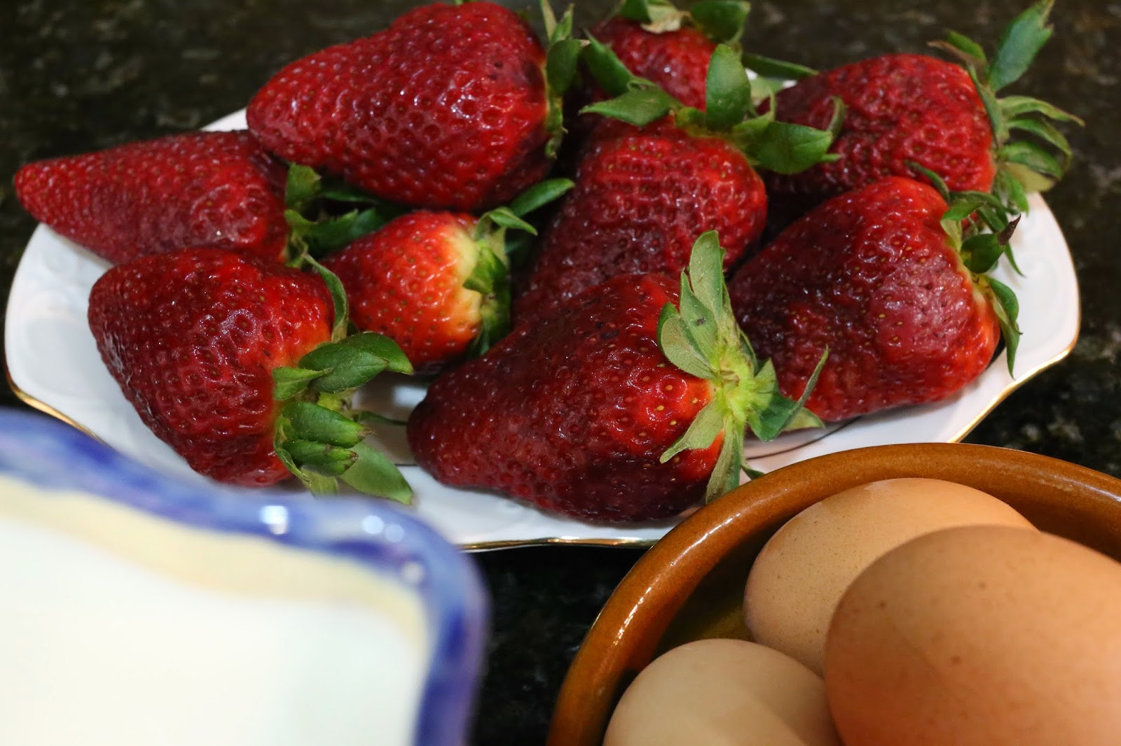 Ingredientes para flan de huevo con fresas confitadas