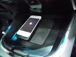 voiture communicante toyota introduit la recharge sans fil pour smartphone. Black Bedroom Furniture Sets. Home Design Ideas