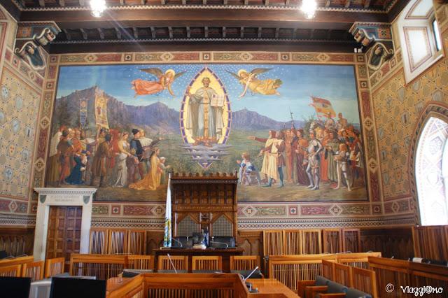 La Sala del Consiglio nel Palazzo Pubblico di San Marino con il Santo Fondatore