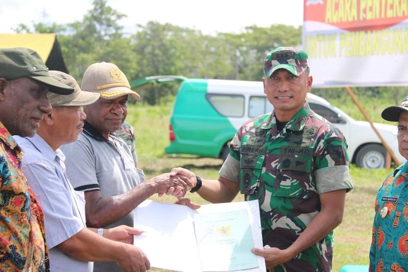 Satgas Raider 300 Menghadiri Acara Penyerahan Tanah Adat